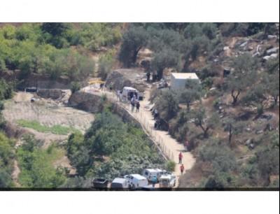 من مكان العملية الفلسطينية التي قتلت اسرائيلية واصابت مستوطنين اثنين