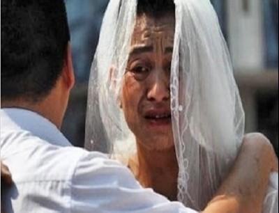 رجل يرتدى فستان زفاف ويضع أحمر شفاه لإنقاذ ابنته المريضة جي بي سي نيوز