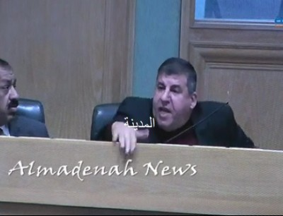 النائب يحيى السعود منزعجا بعد منعه من الحديث - المدينة نيوز