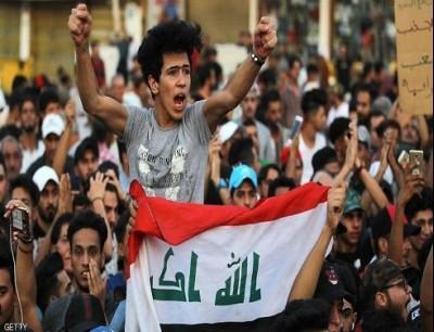 منذ أسابيع يعتصم آلاف المحتجين في ساحة التحرير في وسط بغداد.