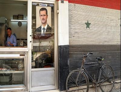 صورة بشار الأسد على واجهة أحد المحال في دمشق