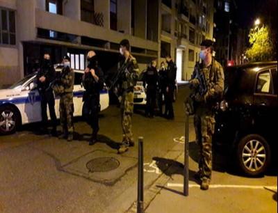 عناصر لقوات الأمن الفرنسية في موقع هجوم على كاهن مسيحي في مدينة ليون
