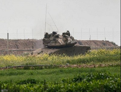 دبابة إسرائيلية على حدود قطاع غزة في لقطة الأرشيفية