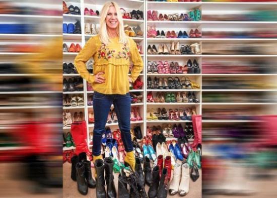 شاهد.. امرأة بريطانية تدمن شراء الأحذية