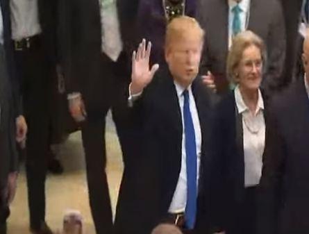 شاهد .. لحظة وصول ترامب الى دافوس