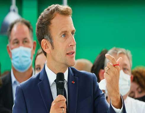 محتج يرشق الرئيس الفرنسي إيمانويل ماكرون بالبيض في ليون .. بالفيديو