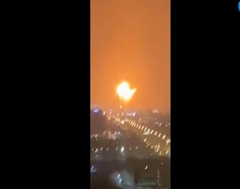 حريق في سفينة راسية قبالة جبل علي في دبي .. بالفيديو