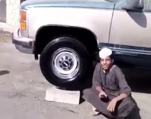 بالفيديو | شاب سعودي يوقف سيارته الجمس على أربعة فناجيل شاي