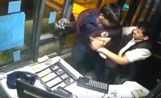 شاهد: مسؤول هندي سابق يعتدي بوحشية على موظف طلب بطاقة هويته