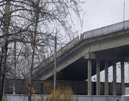 لحظة انهيار جسر فوق قطار (فيديو)