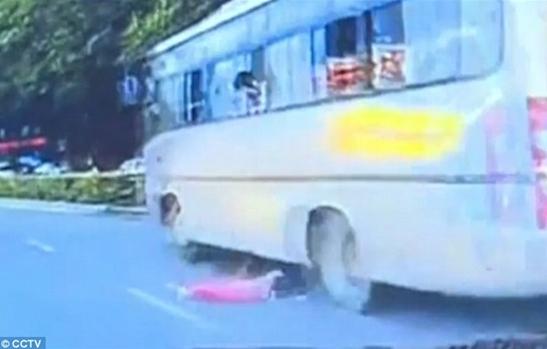 بالفيديو والصور.. لحظة سقوط طفلة من نافذة حافلة متحركة