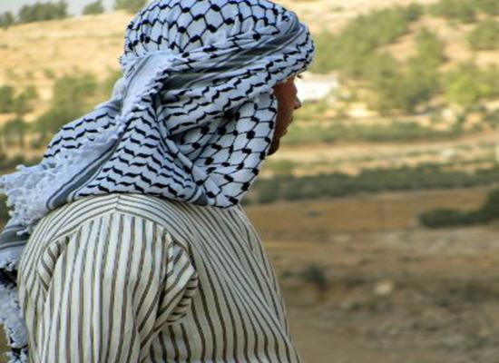 """بالفيديو: من هو """"ظريف الطول"""" الفلسطيني الذي تحوّلت قصّته إلى أغنية؟"""