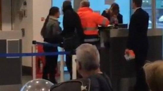 سيدة تصفع موظفة المطار... ما هو السبب؟