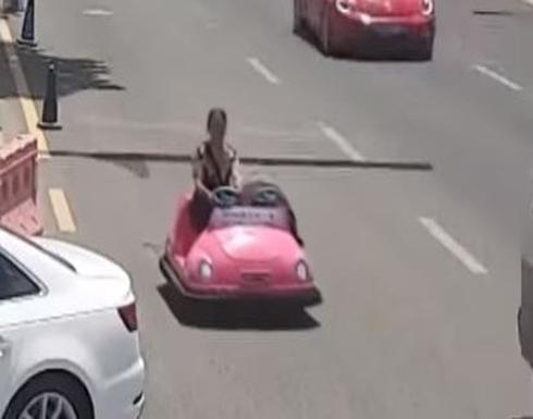 بالفيديو: امرأة تقود سيارة ملاهي في شارع مزدحم