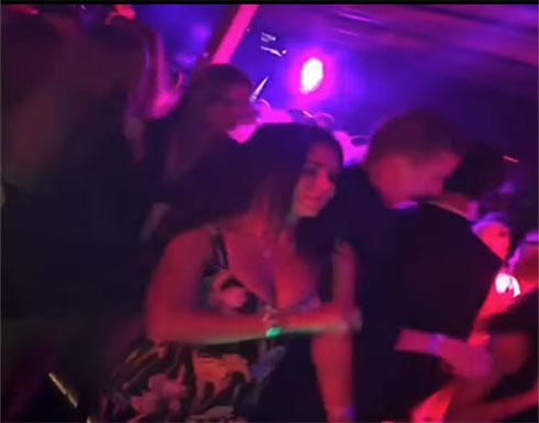 """شاهد : رانيا يوسف بفستان """"مكشوف ومثير"""" ترقص داخل ملهى ليلي"""