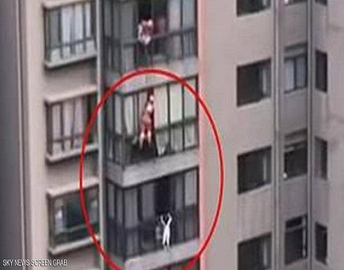 فيديو يحبس الأنفاس... إنقاذ عجيب لطفلة عالقة بالطابق الـ14