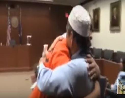 بالفيديو.. أب يحتضن قاتل ابنه