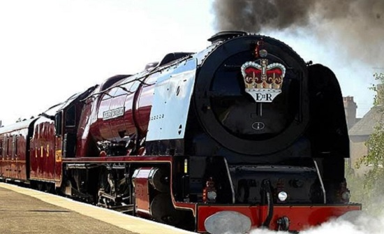 برفقة الملكة.. ميجان ماركل تسافر للمرة الأولي في القطار الملكي