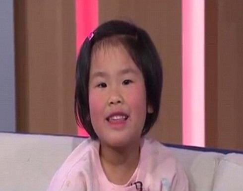 بالصور : طفلة في الخامسة تتقن 3 لغات وتحفظ عواصم العالم وأشعار شكسبير