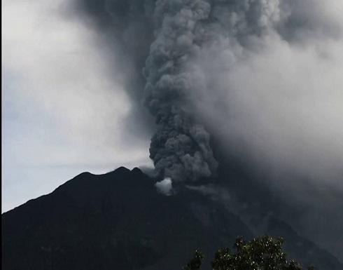 شاهد : بركان سينابونج في إندونيسيا يقذف الرماد من جديد