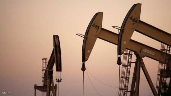 النفط يهبط بفعل تزايد إنتاج الخام الأميركي