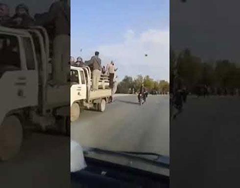 بالفيديو : فرار عشرات النزلاء من سجن إدلب بعد القصف الروسي