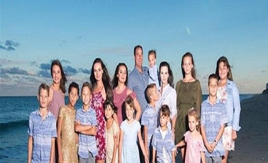 بالصور.. أم لديها 16 طفلا تعلمهم جميعا بالمنزل