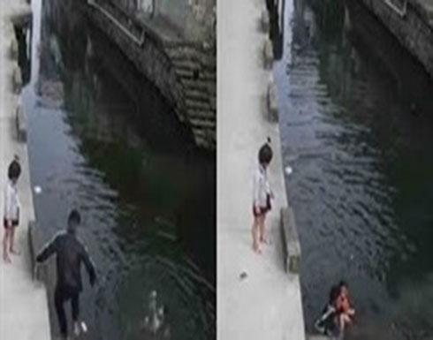 عامل دليفري يقفز في نهر لإنقاذ حياة فتاة (فيديو)