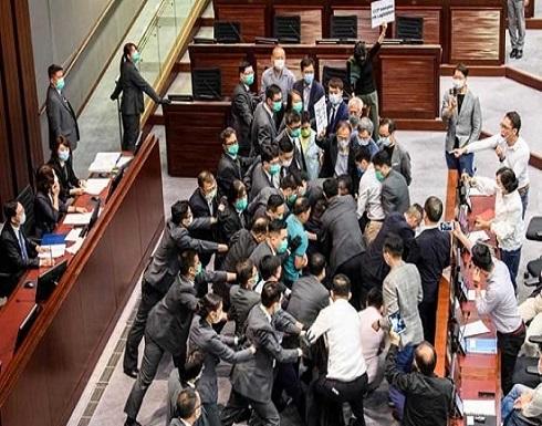 فوضى في برلمان هونغ كونغ أثناء انتخاب رئيس لجنة مجلس النواب- (صور وفيديو)