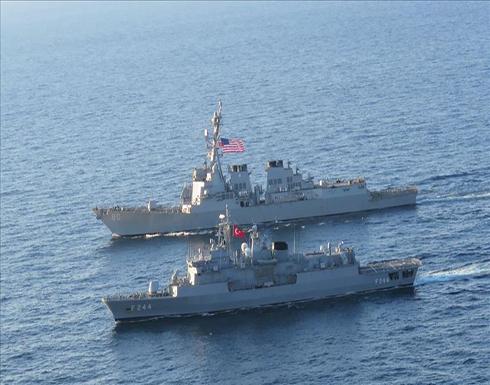 فرقاطة تركية ومدمرة أمريكية تجريان تدريبات بالبحر الأسود .. صور