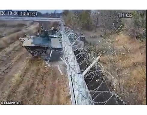 """لحظة """"سكر"""".. جندي روسي يحطم مدرعة داخل مطار فولجوجراد"""