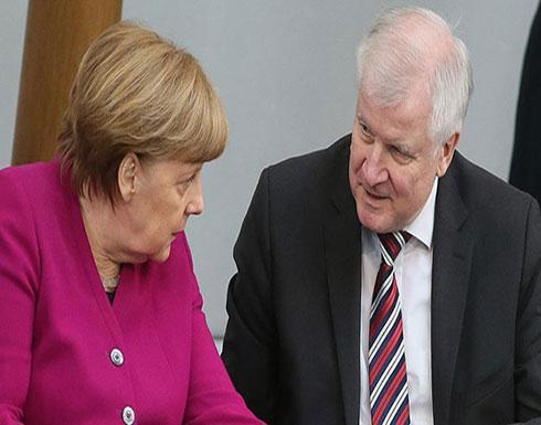 """وزير داخلية ألمانيا يطالب ميركل بـ""""مزيد من الجهد"""" في ملف الهجرة"""