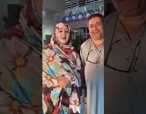 """""""شاهد"""" دبلوماسي عراقي يثير غضب وزارة الخارجية بعد ظهوره بـ الجلابية مع مغنية مشهورة داخل أحد الفنادق"""