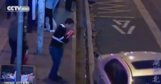 فيديو: عشرات المارّة يرفعون سيارة لإنقاذ امرأة من تحتها