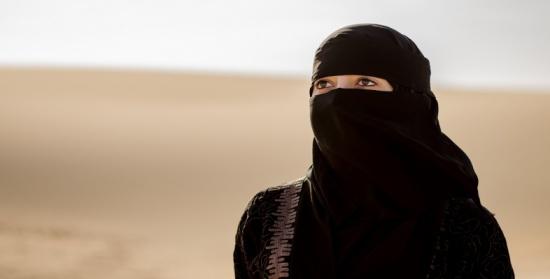 سعودية تثير جدل وتعاطف النشطاء بالبحث عن والدتها منذ 20 عاماً (فيديو)