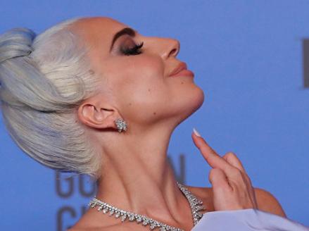 """بفستان مثير.. ليدي غاغا تخطف الأنظار في """"غولدن غلوب"""" (صور)"""
