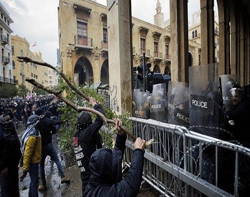 بالفيديو : محتجون يرشقون قوى الأمن في محيط البرلمان اللبناني بالحجارة