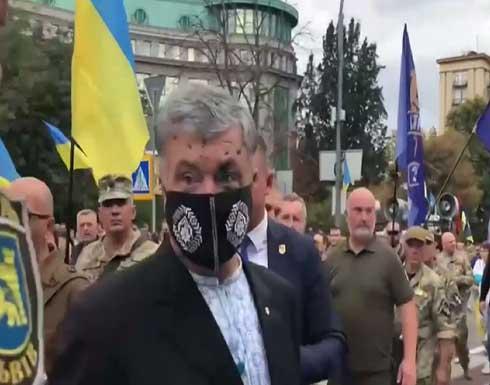 شاهد : رئيس أوكرانيا السابق يتعرض لهجوم أثناء الاحتفالات بعيد الاستقلال