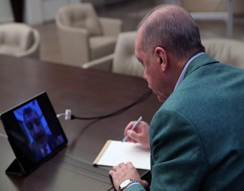 شاهد : اردوغان يتابع العمل من البيت