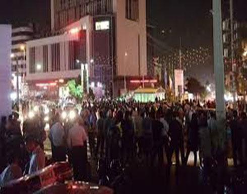 """فيديو : الاحتجاجات تشعل ليل إيران.. ومتظاهرون يحاصرون """"الباسيج"""""""