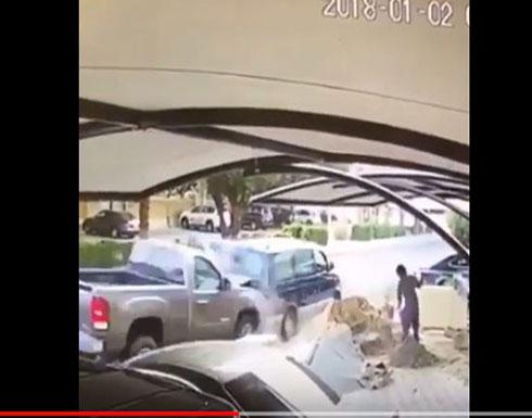 لحظة دهس سيارة مسرعة رجل بسبب انشغاله في الهاتف (فيديو مروع)