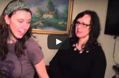 بالفيديو.. امرأة تعانى من حالة نادرة تساعدها على خلع المرفقين