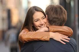 فوائد كبيرة للعناق بين الزوجين.. تعرف عليها