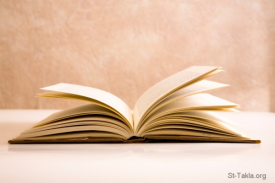 بالفيديو.. شاب يبتكر طريقة غريبة لقلب صفحة كتاب يقرأه