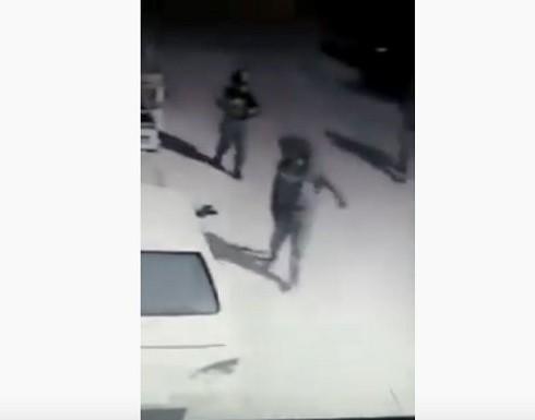 بالفيديو : جنود الاحتلال يبصقون على مركبات فلسطينيين بالضفة