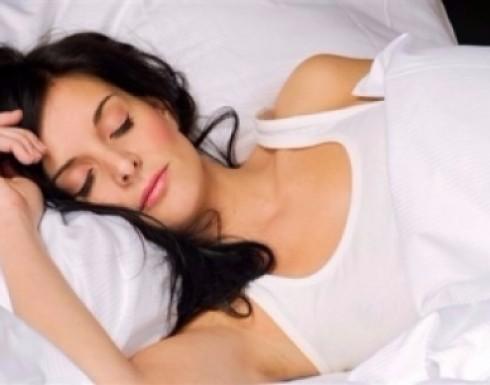 هل النوم بحمالة الصدر صحي؟