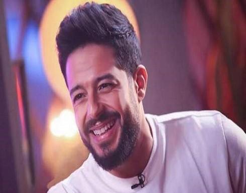 """محمد حماقي في موقفٍ محرج على المسرح: """"منها لله كورونا"""" (فيديو)"""