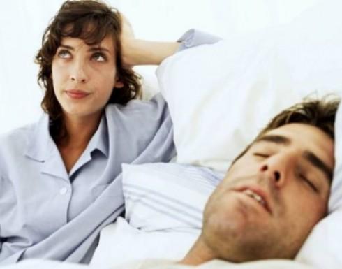 لماذا يتحدث بعض الناس في أثناء النوم؟