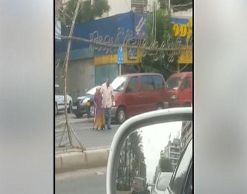 فيديو.. ركن سيارته جانباً وحمل امرأة مسنّة مساعداً إياها على اجتياز الطريق !