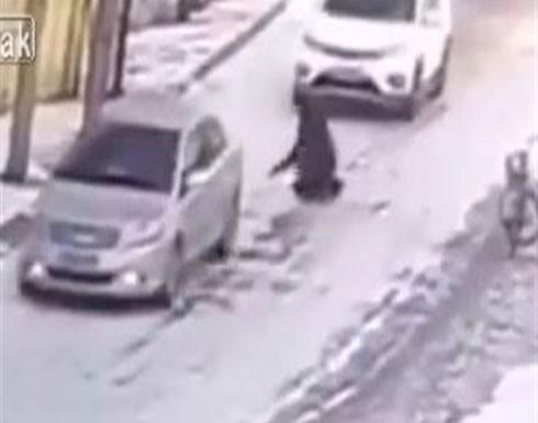 شاهد.. مشهد مأساوي.. رجل قرر الانتحار تحت عجلات سيارة مسرعة